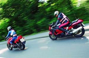 Eine Motorrad Fahrschule bei der Ausbildung